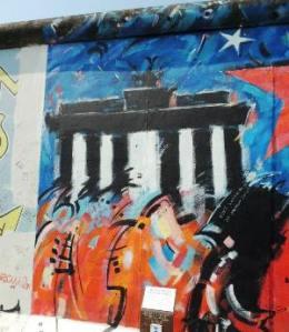 Porta di Brandeburgo dipinta sul Muro di Berlino