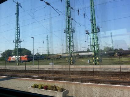 Al confine fra Austria e Ungheria il treno si ferma.