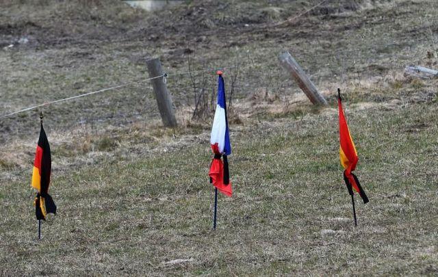 Le bandiere di Francia, Germania e Spagna piegate a lutto sulle Alpi dell'Alta Provenza