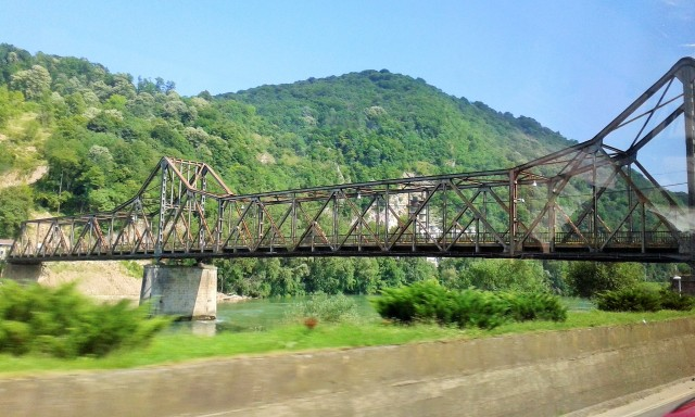 Il ponte di ferro che collega Bosnia e Serbia a Zvornik, scavalcando la Drina (foto: Livia Liberatore)