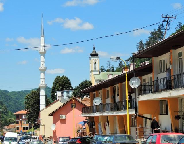 Il centro di Srebrenica, venti anni dopo il genocidio. Campanile e minareto a pochi metri di distanza (foto: Livia Liberatore