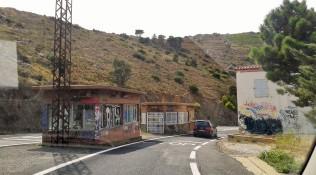 Confine Francia - Spagna su una strada lungo la costa, fra Portbou e Cerbère